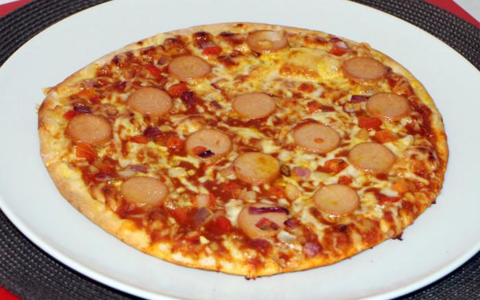 Alfredo Stadionpizza Currywurst zubereitet