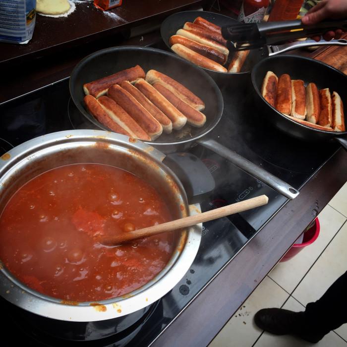 Fertige Currywurst-Sauce mit Würsten