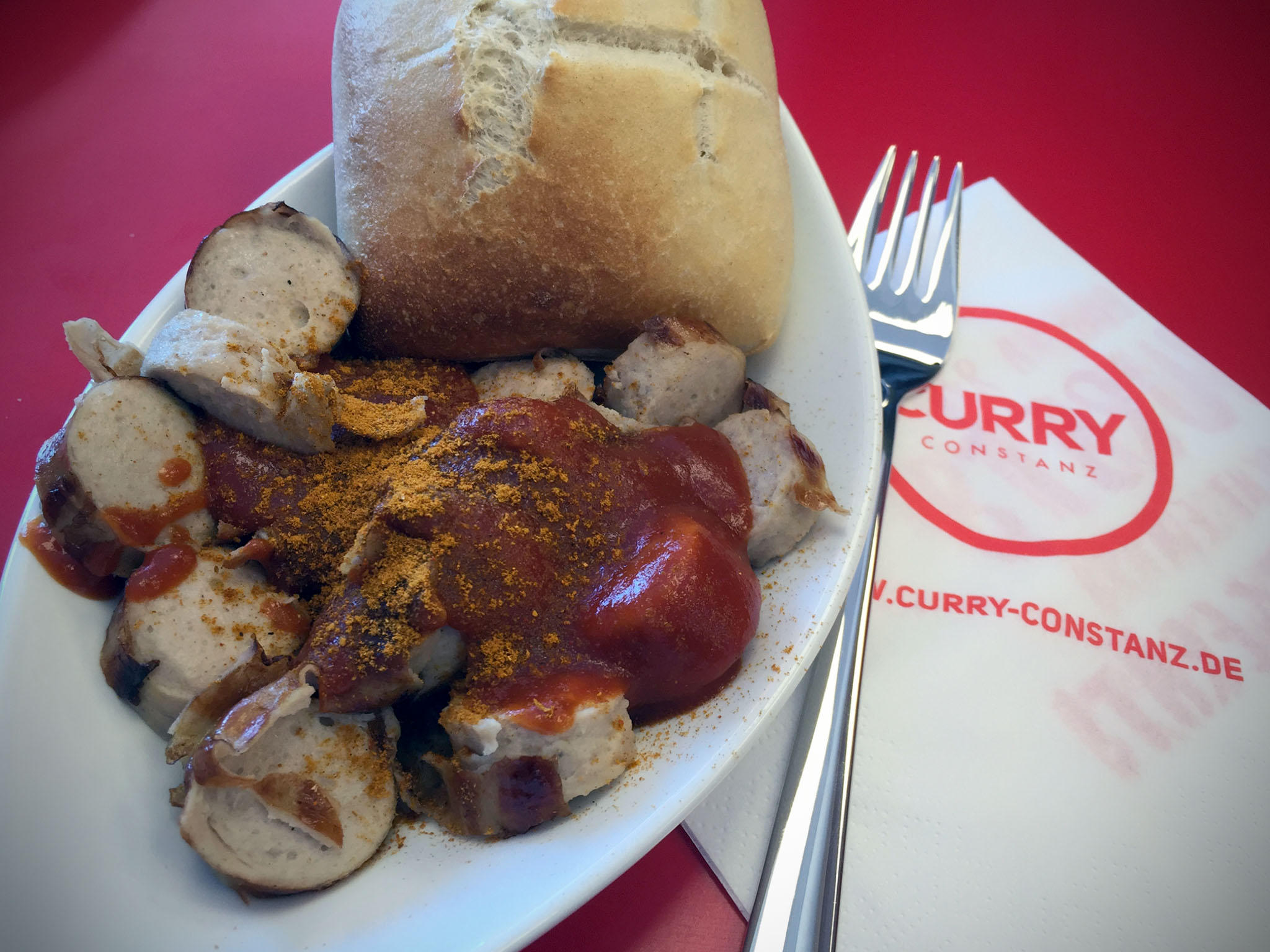 Currywurst mit Brötchen bei Curry Constanz